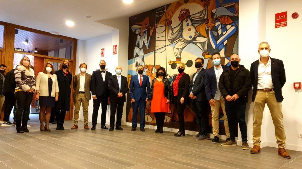 Foto de familia de las autoridades en el hall del Salón Blanco